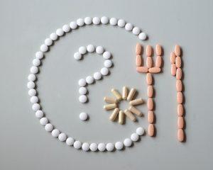 tabletky usporiadane do taniera s priborom
